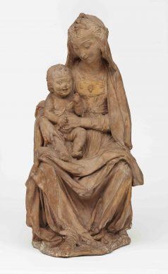 Leonardo da Vinci (Vinci, 1452 -Amboise, 1519), Madonna col Bambino, 1472 circa, terracotta, cm 49 x 27 x 24,5. Londra, Victoria and Albert Museum, inv. 4495-1858 © Victoria and Albert Museum, London