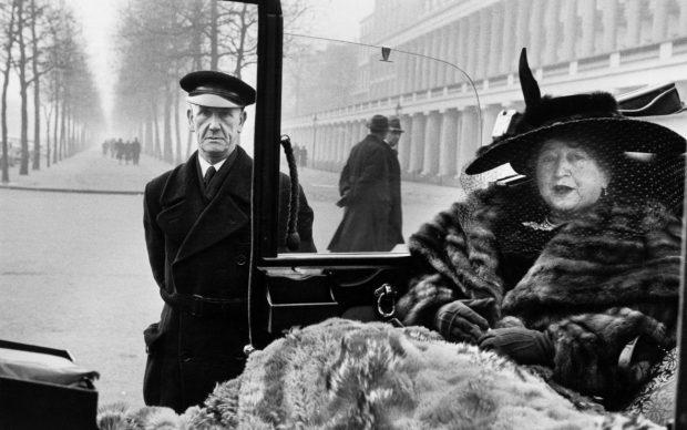 Inge Morath, Eveleigh NASH a Buckingham Palace, Londra, 1953. ©Fotohof archiv-Inge Morath-Magnum Photos