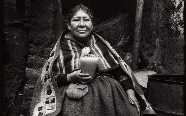 Martín Chambi, Meticcia che beve chicha (Mestizia tomando chicha), 1931, stampa fotografica su carta baritata, 25 × 20 cm, Museo delle culture, Milano