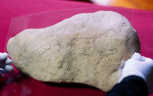 incisione rupestre uomini uccelli scoperta archeologica Margalef spagna