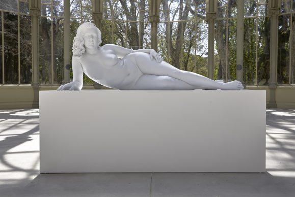 Charles Ray, Mujer recostada, 2018, exhibition view al Palacio de Cristal, Madrid, 2019. Photo by Joaquin Cortés/Román Lores, archivio fotografico del Museo Reina Sofia