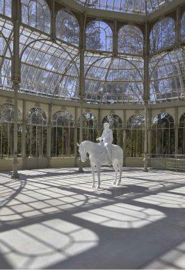 Charles Ray, Caballo y jinete, 2014, exhibition view al Palacio de Cristal, Madrid, 2019. Photo by Joaquin Cortés/Román Lores, archivio fotografico del Museo Reina Sofia