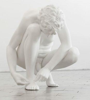 Charles Ray, Aterse los zapatos, 2012 © Charles Ray, cortesia de Matthew Marks Gallery