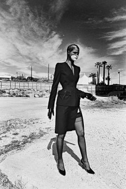 Helmut Newton, photo shoot for the catalogue of the collection Lingerie Revisited, Monaco, 1998. Photo: © The Helmut Newton Estate. Outfit: Thierry Mugler, Lingerie Revisited collection, prêt-à-porter fall/winter 1998–1999