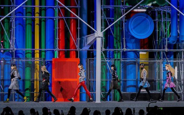 sfilata Louis Vuitton Parigi Fashion Week 2019 passerella Centre Pompidou al Louvre