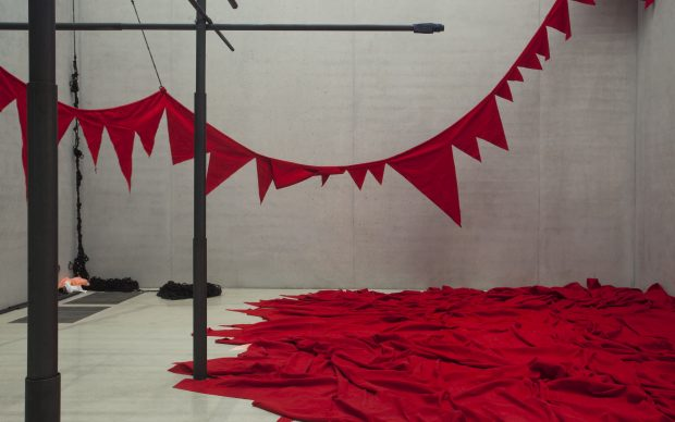 Sheela Gowda And that is no lie, 2015 (dettaglio) Veduta dell'installazione: Pérez Art Museum Miami, 2015–16. Courtesy dell'artista e Pérez Art Museum Miami. Foto: Oriol Tarridas