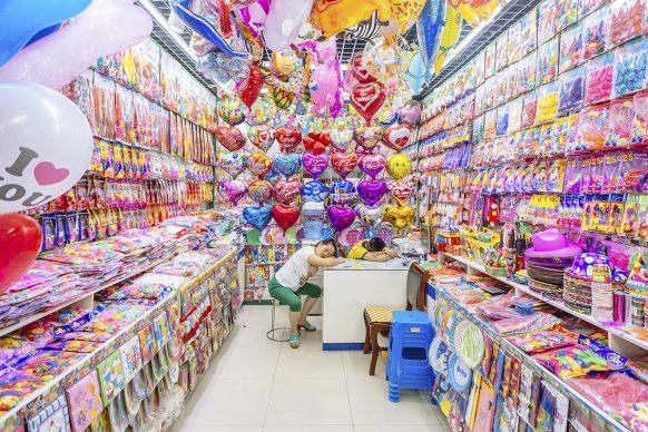 Yiwu, la città del commercio internazionale nella provincia orientale dello Zhejiang, in Cina, è il più grande mercato all'ingrosso del mondo: è il trionfo della plastica. Negli oltre 70.000 stand, ospitati in una serie di edifici collegati tra loro, si vende di tutto, dalle piscine gonfiabili agli utensili da cucina ai fiori artificiali. Visitando il mercato il fotografo Richard John Seymour ha provato un senso di familiarità misto a sgomento: queste merci si trovano ovunque, ma qui le si trova in quantità sconcertanti. La Cina è la principale produttrice di plastica: ne fabbrica oltre un quarto del totale mondiale, gran parte della quale viene esportata all'estero.  FOTO: Richard John Seymour