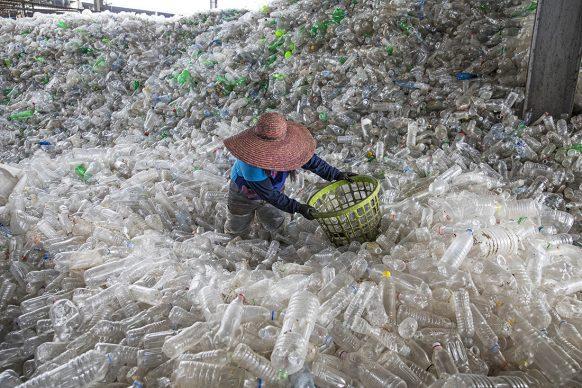 Bottiglie di plastica riempiono un impianto di riciclaggio a Valenzuela, nelle Filippine. Si prevede che nel 2021 ne saranno prodotte oltre 580 miliardi. FOTO: Randy Olson/National Geographic