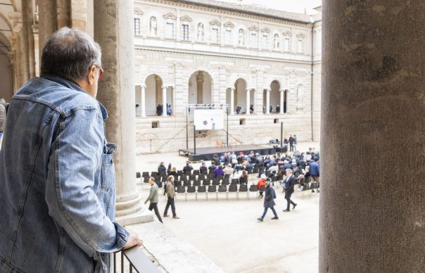 """Oliviero Toscani poco prima dell'incontro """"Il fotografo è un autista. E Master of Photography è un Gran Premio"""", parte del programma di Fotografia Europea, che si è tenuto a Reggio Emilia sabato 13 aprile"""