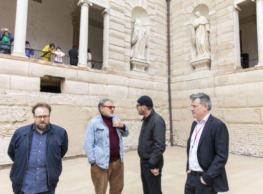 """Da sinistra: Nicolas Ballario, Oliviero Toscani, il fotografo Settimio Benedusi, Roberto Pisoni all'incontro """"Il fotografo è un autista. E Master of Photography è un Gran Premio"""", parte del programma di Fotografia Europea, che si è tenuto a Reggio Emilia sabato 13 aprile"""