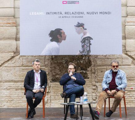 """Da sinistra: Roberto Pisoni, Nicolas Ballario e Oliviero Toscani all'incontro """"Il fotografo è un autista. E Master of Photography è un Gran Premio"""", parte del programma di Fotografia Europea, che si è tenuto a Reggio Emilia sabato 13 aprile"""