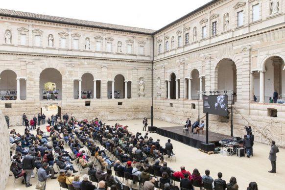"""Il pubblico all'incontro """"Il fotografo è un autista. E Master of Photography è un Gran Premio"""", parte del programma di Fotografia Europea, che si è tenuto a Reggio Emilia sabato 13 aprile"""