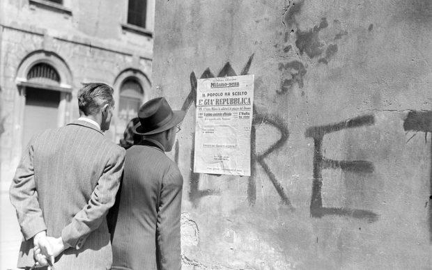 """""""Passanti leggono il titolo della seconda edizione del quotidiano Milano-Sera affisso a un muro: """"Il popolo ha scelto. È già Repubblica"""", 5 giugno 1946"""" - Archivio Publifoto Intesa Sanpaolo"""