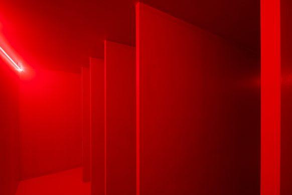 Lucio Fontana, Ambiente spaziale a luce rossa, 1967/2019, ricostruzione autorizzata da Fondazione Lucio Fontana – project Pirelli HangarBicocca 2017 © Fondazione Lucio Fontana, Bilbao, 2019
