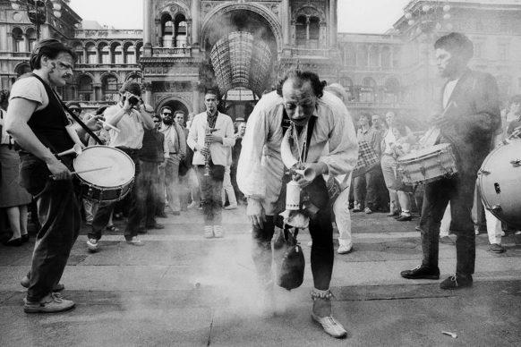 Compagnie Lubat, nella foto, Bernard Lubat, Patrick Auzier e altri, Piazza Duomo, C.R.T., Milano 1982 © Lelli e Masotti / Lelli e Masotti Archivio