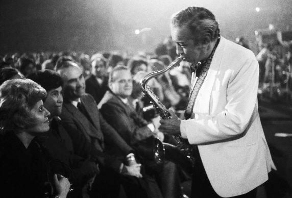Paul Gonsalves e pubblico, Duke Ellington Orchestra, Palasport, Bologna Jazz Festival 1973 © Lelli e Masotti / Lelli e Masotti Archivio