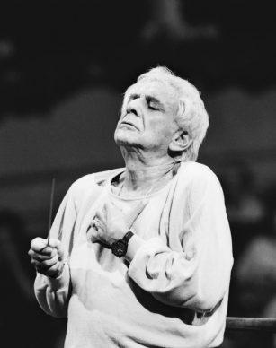 Leonard Bernstein dirige l'orchestra Filarmonica del Teatro alla Scala in una prova, Milano 1984 © Lelli e Masotti / Lelli e Masotti Archivio