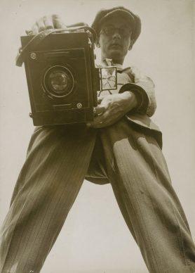 Willi Ruge, Selbstbildnis aus der Regenwurm-Perspektive, ca. 1927, Silbergelatinepapier © Staatliche Museen zu Berlin, Kunstbibliothek © Erbengemeinschaft Ruge