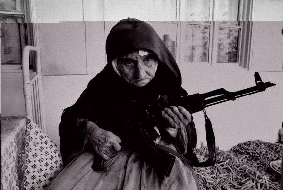 Anziana donna armena fa la guardia armata davanti alla sua casa © Nagorko-Karabakh, Degh, Armenia, 1990 (courtesy UN Photo)