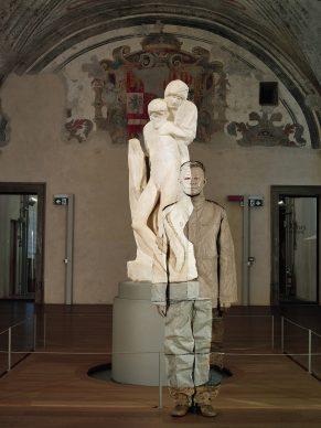 Liu Bolin, Pietà di Michelangelo, Castello Sforzesco, Milano, 2019. Courtesy: Boxart, Verona