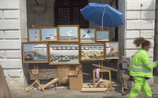 Banksy Street Art in Venice grandi navi Venezia piazza
