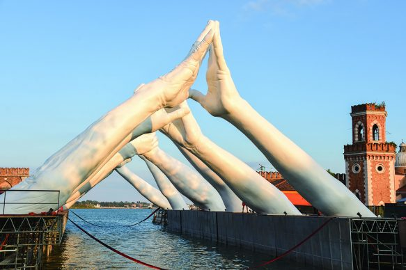 Lorenzo Quinn, Building Bridges by Halcyon Gallery, Venezia, Photo by David M. Benett/Dave Benett/Getty Images for Halcyon Art International