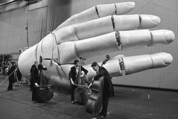 Elementi dell'Orchestra Filarmonica della Scala prima del concerto, con elemento di scenografia della Fura del Baus per Tannhåuser, Teatro alla Scala, Milano 2010 © Lelli e Masotti / Lelli e Masotti Archivio