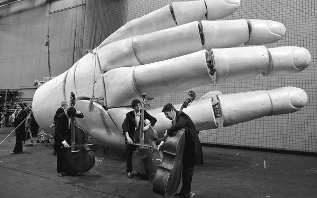Elementi dell'Orchestra Filarmonica della Scala primas del concerto con elemento di scenografia della Fura del Baus per Tannhåuser, Teatro alla Scala, Milano 2010 © Lelli e Masotti / Lelli e Masotti Archivio