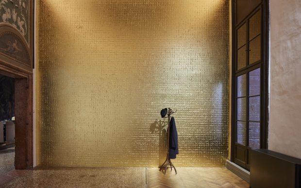 Jannis Kounellis Senza titolo (Tragedia civile), 1975 muro ricoperto in foglia d'oro, attaccapanni, cappotto, cappello, lampada a petrolio