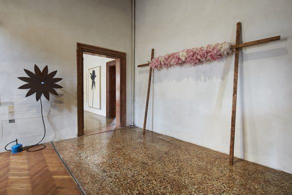 (A sinistra) Jannis Kounellis, Senza titolo, 1967; (a destra), Jannis Kounellis, Senza titolo, 1968 - Fondazione Prada, Venezia. Foto: Agostino Osio - Alto Piano, Courtesy Fondazione Prada
