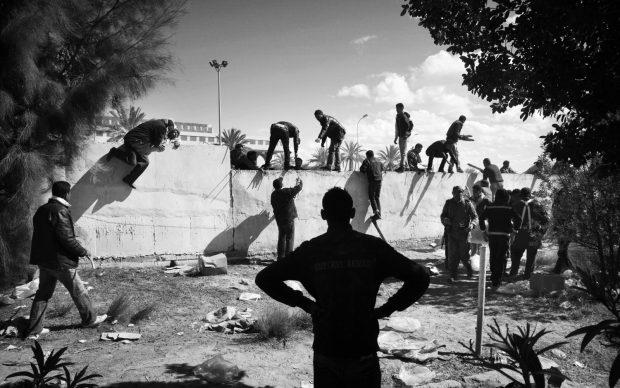 Persone in fuga dalla Libia durante gli scontri tra ribelli e forze armate pro Gheddafi. Valico di frontiera di Ras Jdir nei pressi di Ben Gardane. Tunisia, 2011. © Paolo Pellegrin/Magnum Photos