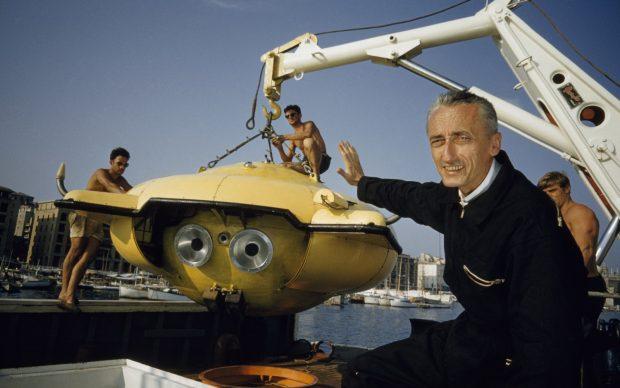 Jacques Cousteau di fianco al suo nuovo mezzo sottomarino di esplorazione, Puerto Rico, 1959. Photo by Thomas J. Abercrombie-National Geographic Creative)
