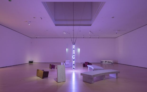 Veduta della mostra Jenny Holzer: Thing Indescribable, Museo Guggenheim Bilbao, Spagna, 2019 (2) © 2019 Jenny Holzer, membro Artists Rights Society (ARS), NY / SIAE, Roma Foto: José Miguel Llano