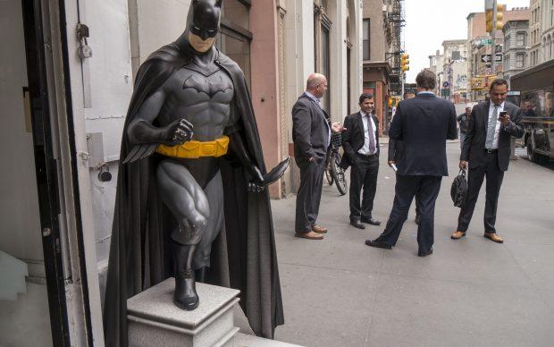 Batman scultura strade di New York, 2015, photo by Bryan Ledgard via Flickr