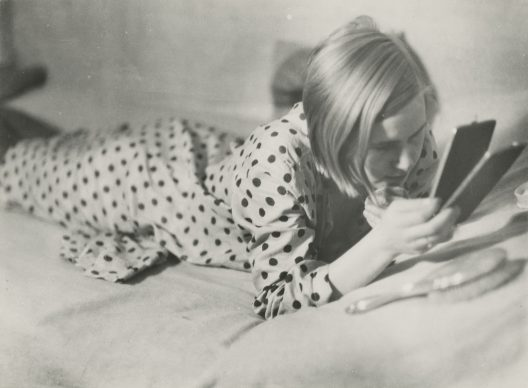 Girl in her spare time. Berlin, 1933, Marianne Breslauer (1909–2001), 1933/34. Silver gelatine print, 17,0 x 23,5 cm, Fotostiftung Schweiz, Inv-Nr. GoeV.1999.01 © Marianne Breslauer / Fotostiftung Schweiz