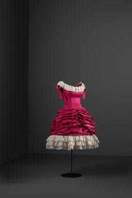 Vestido de cóctel, 1955 Tafetán y tira bordada de algodón. Cristóbal Balenciaga Museoa, Getaria