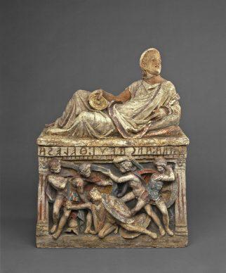 Urna e coperchio funerari etruschi dipinti, con scena di battaglia eroica e iscrizione etrusca, 150–100 a.C., British Museum, Londra