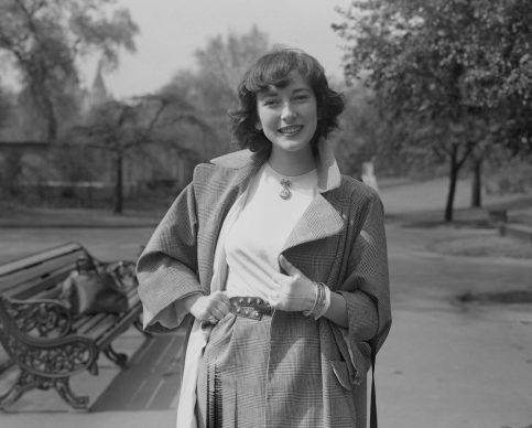 """Valentina Cortese in un parco di Londra, ritratta il 30 aprile 1948. Si trovava nel Regno Unito per recitare nel film """"La montagna di cristallo"""" (The Glass Mountain). (Photo by Fred Ramage/Keystone/Hulton Archive/Getty Images)"""