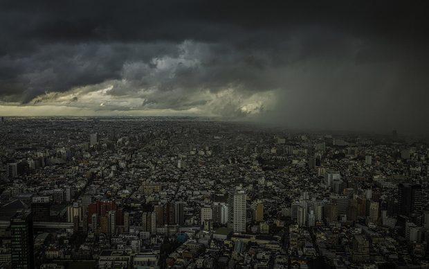 Il fronte della tempesta causata da uno dei tre tifoni che stavano convergendo su Tokyo. Gli scienziati sostengono che eventi meteorologici gravi, normalmente rari, saranno sempre più comuni nell'epoca del riscaldamento globale.Shinjuku, Tokyo, Giappone, 2015© James Whitlow Delano