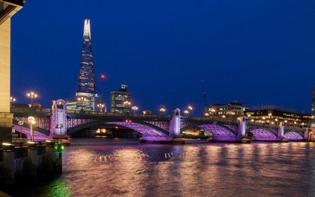 londra illuminated river