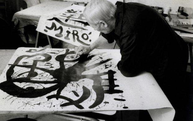 Miró réalisant une affiche à l'imprimerie ARTE-Adrien Maeght à Paris. © Photo Clovis Prévost Archives Maeght.