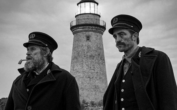 Willem Dafoe e Robert Pattinson in una scena di The Lighthouse, regia di Robert Eggers, 2019