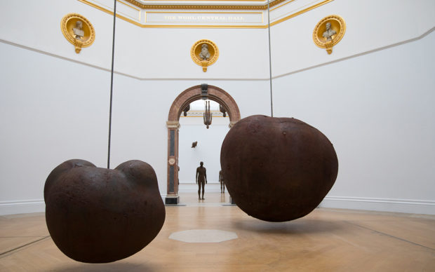 "Antony Gormley, Body and Fruit, 1991/93. Vista della mostra ""Antony Gormley"", Royal Academy of Arts, Londra, dal 21 settembre al 3 dicembre 2019 © the Artist. Photo David Parry / © Royal Academy of Arts"