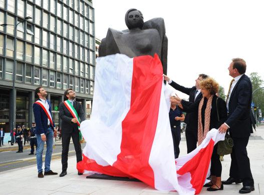 """Milano, un momento dell'inaugurazione della scultura """"Personaggio"""" dell'artista milanese Rachele Bianchi"""