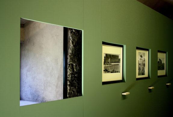 """""""Gianni Berengo Gardin. Roma"""", vista dell'allestimento della mostra nell'antico Casale di Santa Maria Nova, Roma. Photo © Anna Merci"""