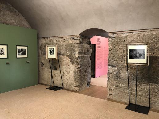 """""""Gianni Berengo Gardin. Roma"""", vista dell'allestimento della mostra nell'antico Casale di Santa Maria Nova, Roma. Photo © COR arquitectos"""