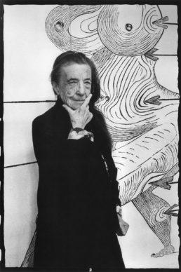 Louise Bourgeois di fronte a Sainte Sébastienne (1998), nel suo studio di Brooklyn, nel marzo 1993. Photo by Vera Isler © Pro Litteris, Zurich, 2019 Art © The Easton Foundation/VAGA at Artists Rights Society (ARS), NY/Pictoright, Amsterdam 2019