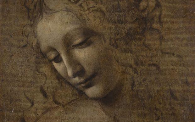 Léonard de Vinci, Tête de jeune femme dite La Scapiliata (« l'Échevelée »), vers 1501-1510. Blanc de plomb avec pigment de fer et cinabre, sur une préparation de blanc de plomb (avec plomb et minium ?) contenant des pigments à base de cuivre (vert-de-gris ou malachite), jaune de plomb et étain, plus tard verni avec de l'ambre jaune viré au vert, sur panneau de noyer. H. 24,7 ; L. 21 cm. Parme, Galleria Nazionale, INV. 362, acquisition 1839 © Licensed by the Ministero per i beni e le attività culturali - Complesso Monumentale della Pilotta- Galleria Nazionale di Parma.