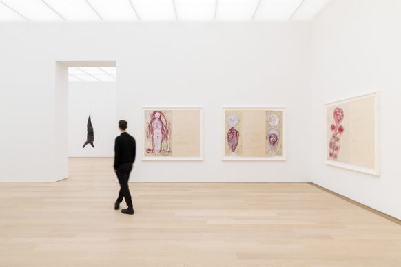 """Vista dell'allestimento della mostra """"Louise Bourgeois – To Unravel a Torment"""", al Museum Voorlinden. Photo Antoine van Kaam. Louise Bourgeois © The Easton Foundation/VAGA at Artists Rights Society (ARS), NY/Pictoright, Amsterdam 2019"""