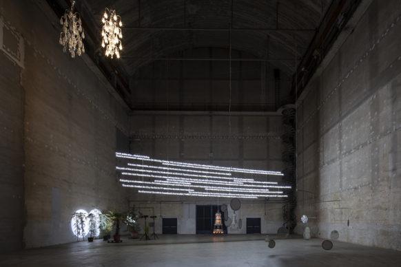 """Cerith Wyn Evans, """"….the Illuminating Gas"""", veduta della mostra, Pirelli HangarBicocca, Milano, 2019. Courtesy dell'artista e Pirelli HangarBicocca, Milano.  Foto: Agostino Osio"""